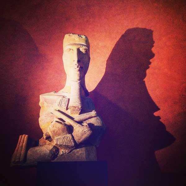statua colossale di Akhenaton conservata al Museo del Louvre di Parigi