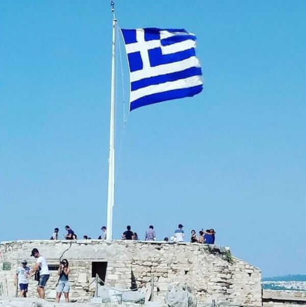 La bandiera greca sventola sull'Acropoli di Atene