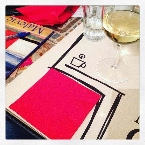 Quadrato rosso alla Malevic con un bicchiere di Passerina gialla